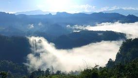 Paisagem da montanha da manhã com as ondas da névoa no ja baan BO, Mae Fotos de Stock