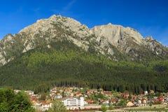 Paisagem da montanha da mola, montanha de Bucegi, Carpathians, Roménia Fotografia de Stock