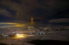 Paisagem da montanha da neve da noite com luz amarela do straingh ao céu Conceito místico Baku, Azerbaijão Fotografia de Stock Royalty Free