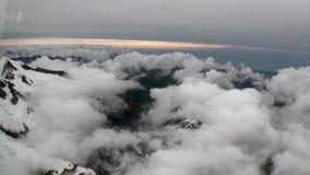 Paisagem da montanha da neve e da opinião branca das nuvens do helicóptero em Nova Zelândia video estoque