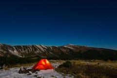 Paisagem da montanha da noite com barraca iluminada Imagens de Stock Royalty Free