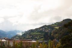 Paisagem da montanha das Astúrias com as casas na inclinação Fotos de Stock