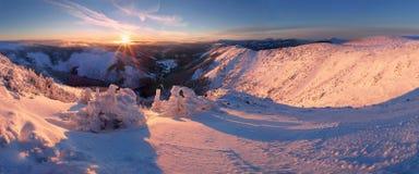 Paisagem da montanha do inverno com n?voa nas montanhas gigantes na beira polonesa e checa - parque nacional de Karkonosze imagem de stock