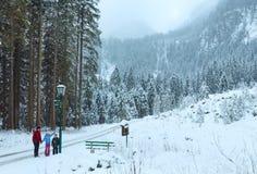 Paisagem da montanha do inverno e família (Áustria). Foto de Stock