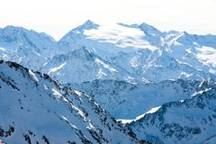 Paisagem da montanha do inverno Montanhas dos cumes, Áustria, Stubai, recurso de Stubaier Gletscher imagem de stock