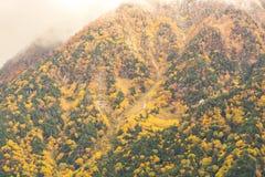 Paisagem da montanha do outono, cumes de Kamikochi Nagano Japão fotos de stock royalty free