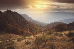 Paisagem da montanha do outono no por do sol Fotografia de Stock Royalty Free