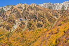 Paisagem da montanha do outono, rota alpina, cumes de Tateyama Japão fotos de stock