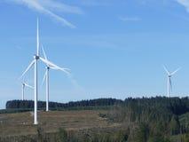 Paisagem da montanha do poder das turbinas eólicas Fotos de Stock Royalty Free