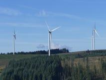 Paisagem da montanha do poder das turbinas eólicas Fotografia de Stock Royalty Free