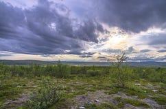 Paisagem da montanha do prado e do c?u em Noruega imagens de stock royalty free