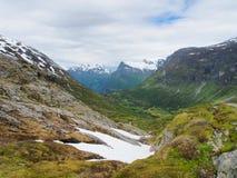 Paisagem da montanha do verão, com neve em lados da terra e da montanha, Noruega Imagens de Stock Royalty Free