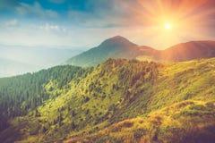 Paisagem da montanha do verão na luz do sol Fuga de caminhada nos montes Fotografia de Stock Royalty Free