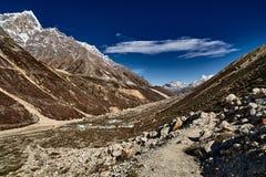 Paisagem da montanha dos Himalayas com construções abaixo imagens de stock royalty free