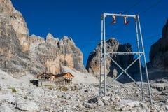 Paisagem da montanha e cabana alpina Angelo Alimonta em cumes das dolomites imagem de stock