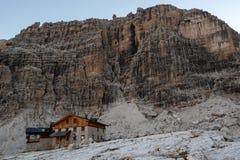 Paisagem da montanha e cabana alpina Angelo Alimonta em cumes das dolomites imagem de stock royalty free