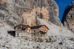 Paisagem da montanha e cabana alpina Angelo Alimonta em cumes das dolomites imagens de stock