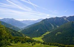 Paisagem da montanha em alpes com panorama bonito Fotografia de Stock