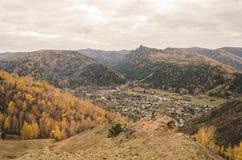 Paisagem da montanha em um dia nebuloso do outono em Rússia Imagem de Stock