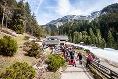 Paisagem da montanha Floresta, montanhas, céu e neve do abeto Italy Fotografia de Stock