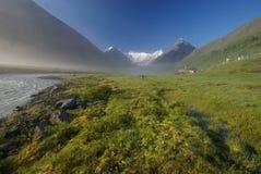 Paisagem da montanha Montanhas, os picos de montanha, desfiladeiros e vales As pedras nas inclinações Imagens de Stock