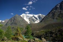 Paisagem da montanha Montanhas, os picos de montanha, desfiladeiros e vales As pedras nas inclinações Fotografia de Stock Royalty Free