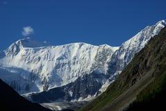 Paisagem da montanha Montanhas, os picos de montanha, desfiladeiros e vales As pedras nas inclinações Foto de Stock