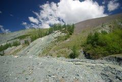 Paisagem da montanha Montanhas, os picos de montanha, desfiladeiros e vales As pedras nas inclinações Imagem de Stock