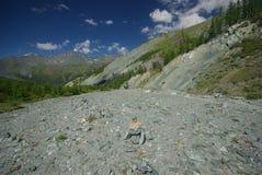 Paisagem da montanha Montanhas, os picos de montanha, desfiladeiros e vales As pedras nas inclinações Imagens de Stock Royalty Free