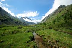 Paisagem da montanha Montanhas, os picos de montanha, desfiladeiros e vales As pedras nas inclinações Foto de Stock Royalty Free