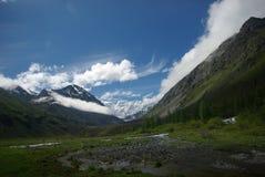 Paisagem da montanha Montanhas, os picos de montanha, desfiladeiros e vales As pedras nas inclinações Fotos de Stock Royalty Free
