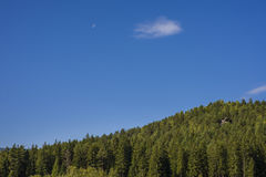 Paisagem da montanha no céu do amanhecer com nuvens Imagem de Stock