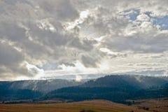 Paisagem da montanha no céu do amanhecer com nuvens Imagens de Stock