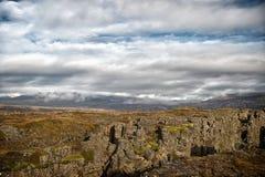 Paisagem da montanha no céu nebuloso em Islândia Fotografia de Stock