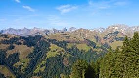 Paisagem da montanha no dia ensolarado Fotografia de Stock