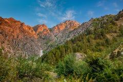Paisagem da montanha no fundo do céu azul Fotos de Stock Royalty Free