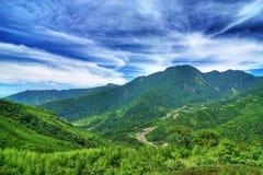 Paisagem da montanha sob o céu bluy Fotos de Stock Royalty Free