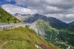 Paisagem da montanha Suíça e as montanhas dos cumes fotografia de stock royalty free