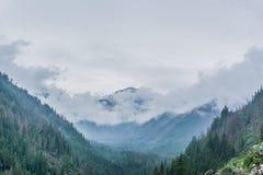 Paisagem da montanha, vale, floresta com árvores verdes e céu azul bonito com nuvens imagem de stock