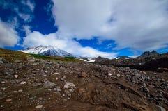 Paisagem da montanha: vista no vulcão ativo de Koryaksky em um dia ensolarado Grupo de vulcões, Kamchatka de Koryaksky-Avachinsky foto de stock