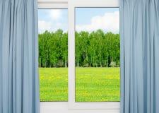 Paisagem da natureza com uma vista através de uma janela com cortinas Foto de Stock Royalty Free