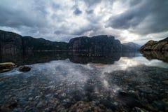 A paisagem da natureza com uma vista das montanhas e nubla-se refletiu i Fotos de Stock