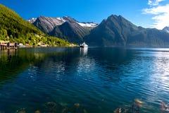 Paisagem da natureza com vista do fiorde norueguês e de montanhas nevados no verão fotos de stock royalty free