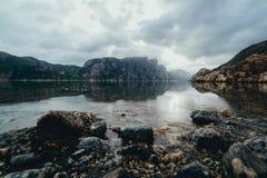 Paisagem da natureza de uma manhã nevoenta e nebulosa do verão em Lysefjo Fotografia de Stock Royalty Free