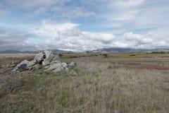 Paisagem da natureza do campo com formação de rocha foto de stock royalty free