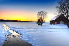 Paisagem da neve com uma angra e um celeiro Fotos de Stock