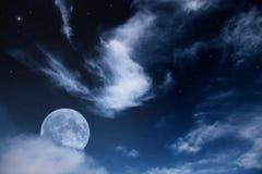Paisagem da noite com a lua, as nuvens e as estrelas Fotografia de Stock Royalty Free