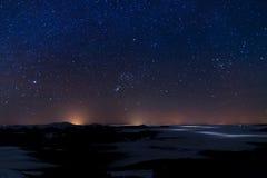 Paisagem da noite com montanhas e céu com estrelas foto de stock