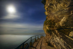 Paisagem da noite com o mar, a lua e as rochas Imagens de Stock