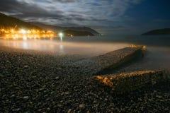Paisagem da noite com o mar, a lua e as rochas Fotos de Stock Royalty Free